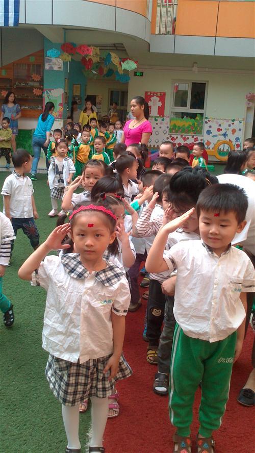 并且用大红花和小红花来奖励班级幼儿