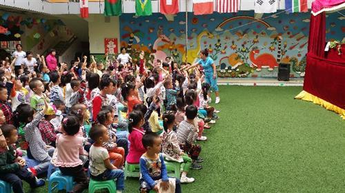 通过观看木偶剧,不仅丰富了幼儿园学习的形式