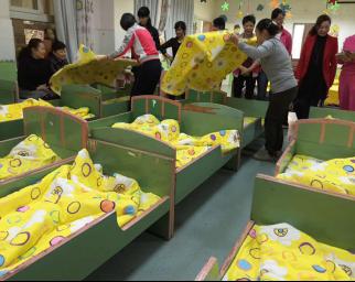 幼儿园卧室叠被子的步骤图片